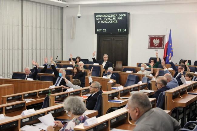 Senatorowie głosują nad odrzuceniem projektu / Tomasz Gzell    /PAP