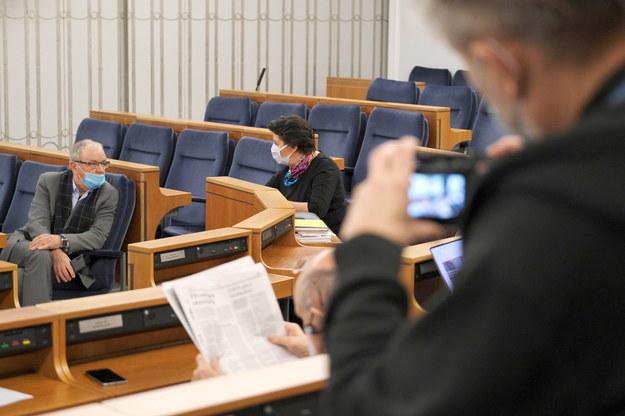 Senatorowie KO Jerzy Fedorowicz  oraz Ewa Matecka podczas wspólnego posiedzenia senackich Komisji /Mateusz Marek /PAP/EPA
