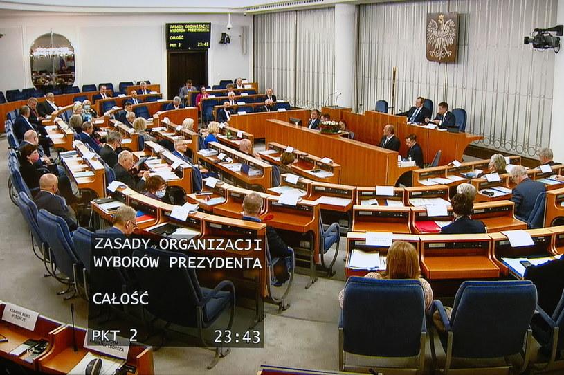 Senatorowie (na ekranie) podczas transmisji obrad Senatu udostępnionej mediom w Sali Kolumnowej Sejmu /Mateusz Marek /PAP
