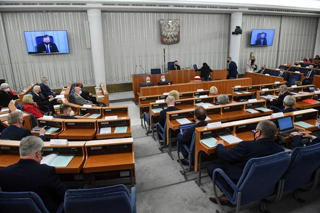 Senatorowie na sali obrad podczas pierwszego dnia posiedzenia wyższej izby parlamentu w Warszawie /Radek  Pietruszka /PAP