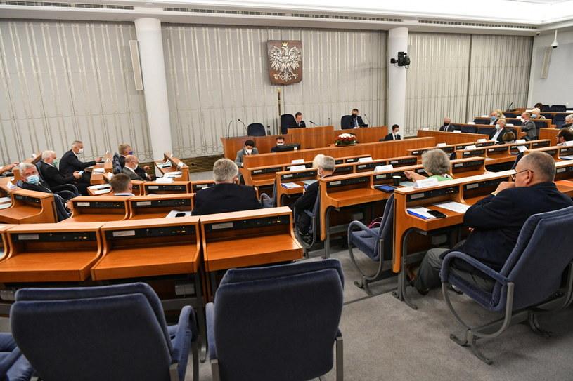 Senatorowie na sali obrad podczas posiedzenia Senatu /Piotr Nowak /PAP