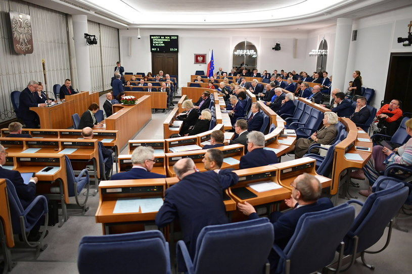 Senatorowie na sali obrad / Marcin Obara  /PAP