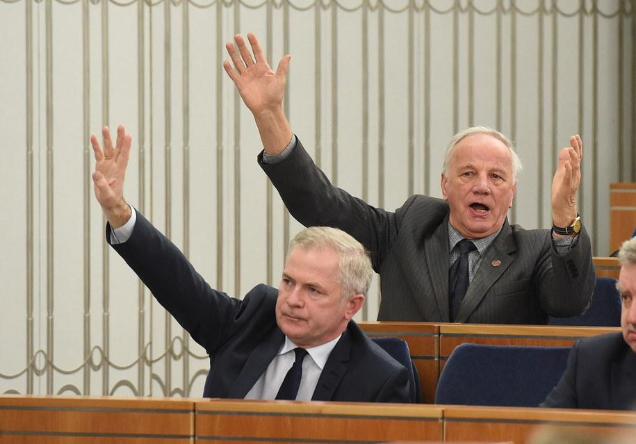 Senatorowie PO Jan Rulewski (góra) i Sławomir Rybicki (dół) podczas posiedzenia Senatu /Radek Pietruszka /PAP