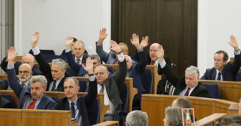 Senatorowie PO podczas głosowania na sali posiedzeń Senatu, w nocy z 23 na 24 grudnia /Paweł Supernak /PAP