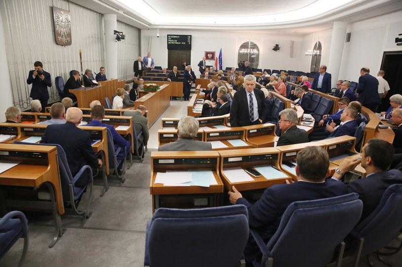 Senatorowie podczas głosowania /Tomasz Gzell /PAP