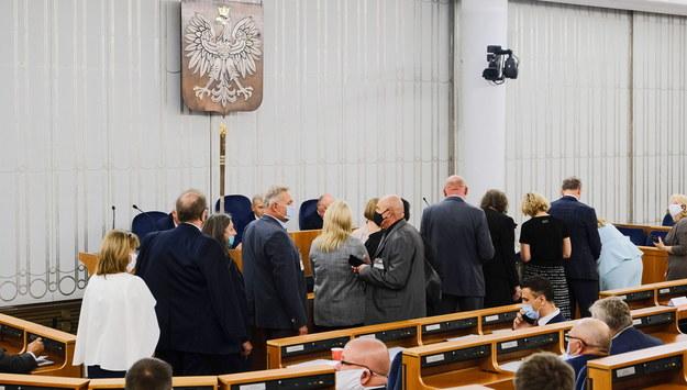 Senatorowie podczas posiedzenia senackiej Komisji Ustawodawczej /Mateusz Marek /PAP