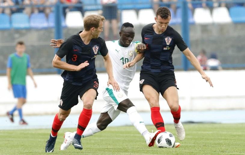 Senegalczyk Sadio Mane (w środku) i Chorwaci - Ivan Strinić (z lewej) i Ivan Periszić /PAP/EPA