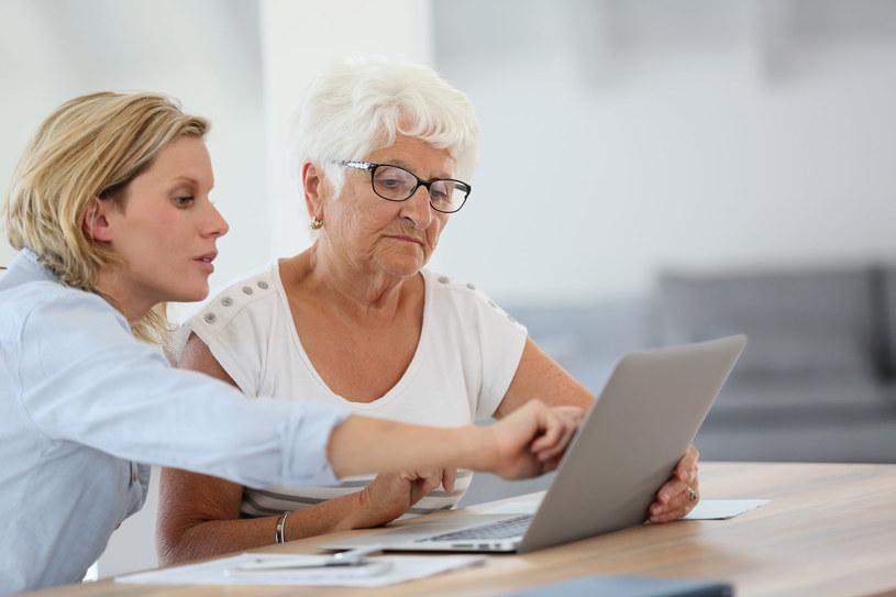Seniorzy chętnie poznają nowe technologie /123RF/PICSEL