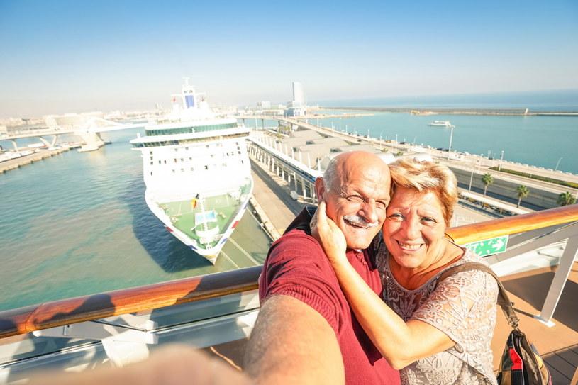 Seniorzy mają sporo czasu na beztroskie podróże /123RF/PICSEL
