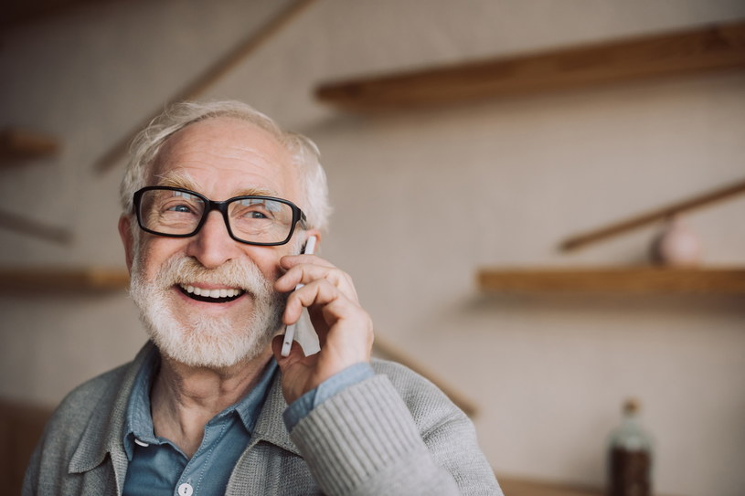 Seniorzy mogą łatwo się przekonać, że smartfon w wielu sytuacjach może zastąpić laptopa, a jest od niego jest dużo łatwiejszy w obsłudze /123RF/PICSEL