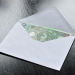 Seniorzy nadal bez kont - dostają pieniądze w kopercie