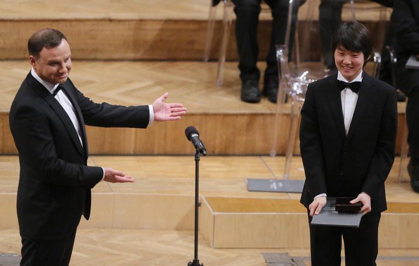 Seong-Jin Cho z Korei Południowej odbiera z rąk prezydenta Andrzeja Dudy nagrodę za zajęcie I miejsca i zdobycie złotego medalu w XVII Międzynarodowym Konkursie Pianistycznym im. Fryderyka Chopina /Radek Pietruszka /PAP