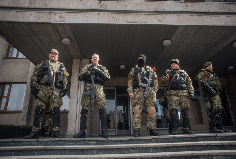Separatyści przed budynkiem rządowym w Słowiańsku /ROMAN PILIPEY /PAP/EPA