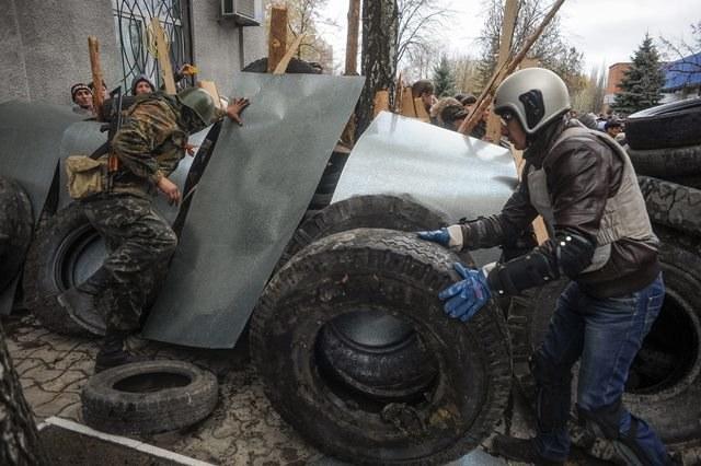 Separatyści zajmują komisariaty milicji w kolejnych miastach na wschodzie /ROMAN PILIPEY /PAP/EPA