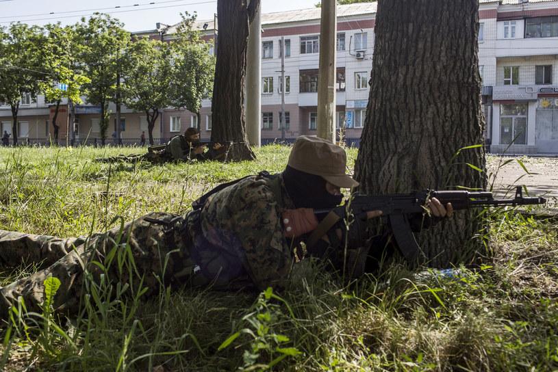 Separatysta w trakcie starć na donieckim lotnisku /FABIO BUCCIARELLI  /AFP