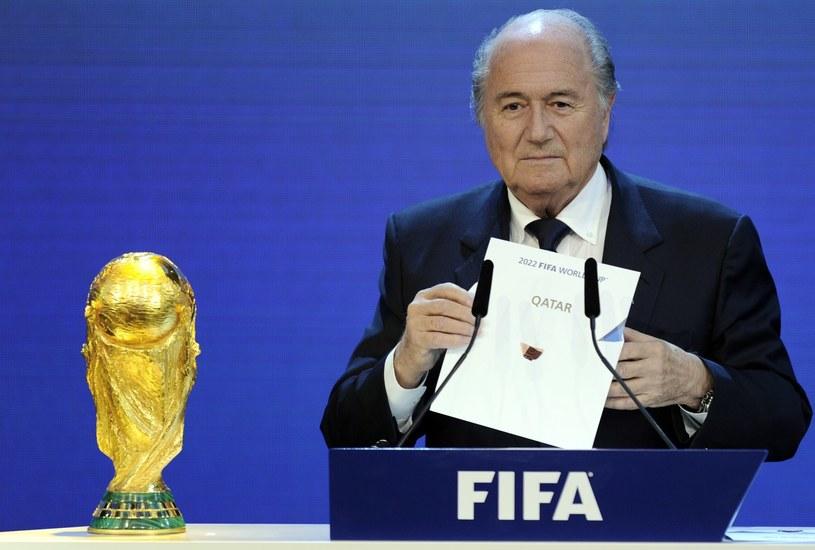 Sepp Blatter ogłasza, że mundial 2022 odbędzie się w Katarze /AFP