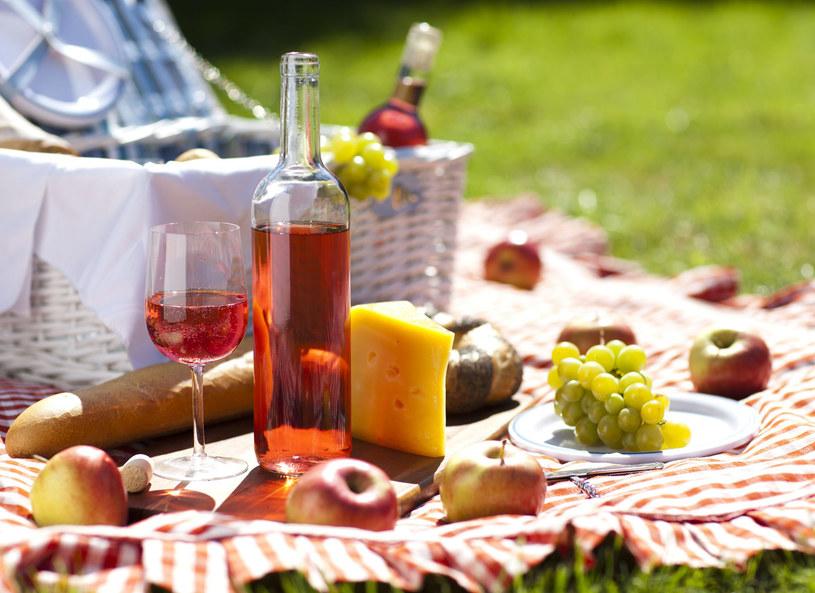 Ser, bagietka, wino i posiłek gotowy /123RF/PICSEL