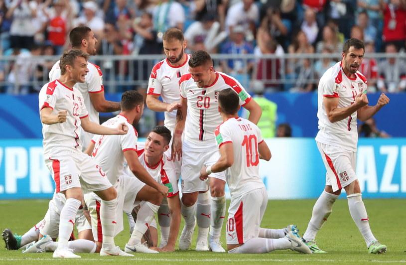 Serbowie cieszą się z gola Aleksandara Kolarova /PAP/EPA