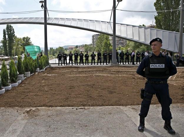 Serbowie zdemontowali barykadę blokującą most, który oddziela ludność albańską od serbskiej /VALDRIN XHEMAJ    /PAP/EPA