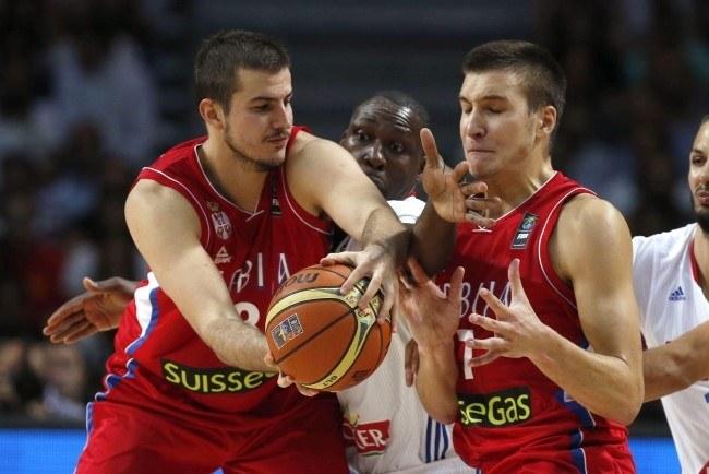 Serbscy koszykarze - Nemanja Bjelica (z lewej) i Bogdan Bogdanović (z prawej) /PAP/EPA