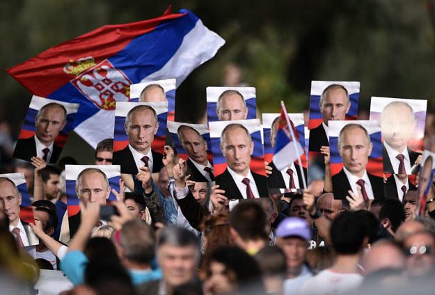 Serbscy nacjonaliści z wizerunkiem Władimira Putina /AFP