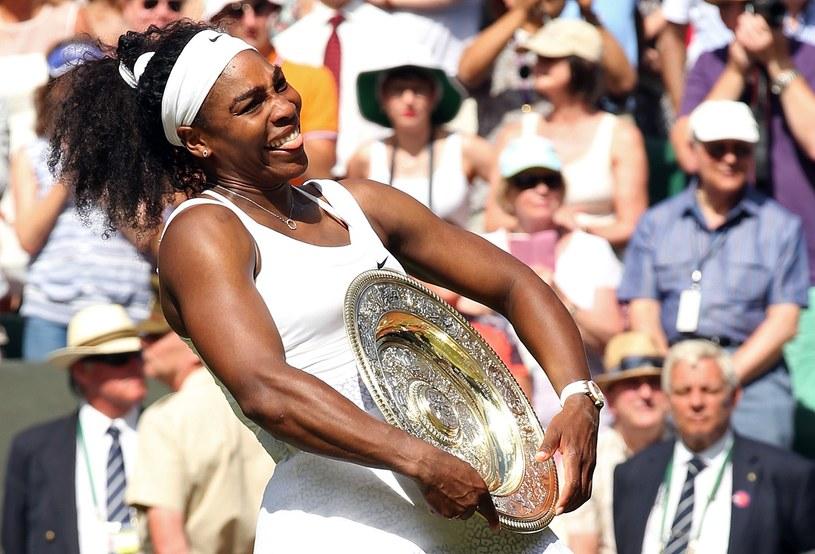 Serena Williams z głównym trofeum za zwycięstwo w Wimbledonie /AFP
