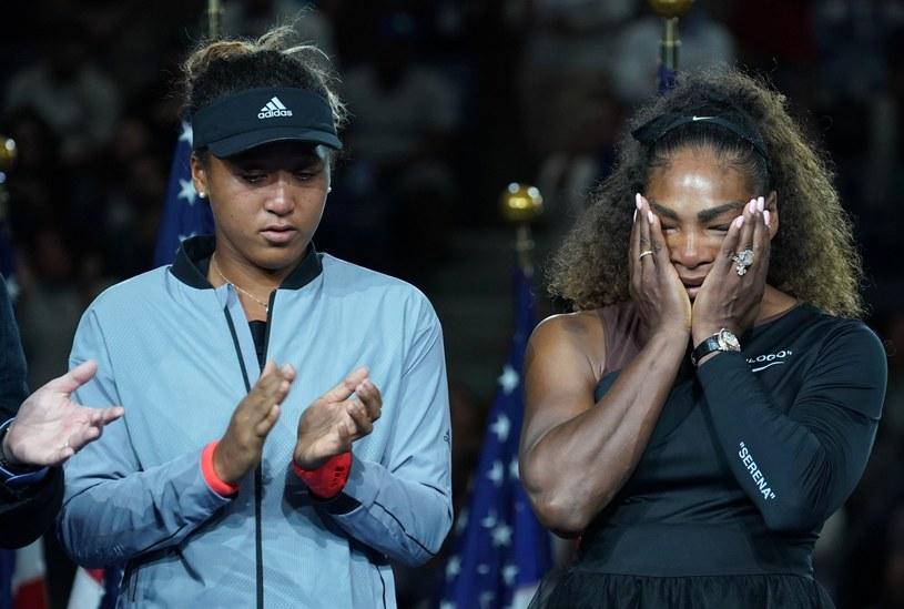 Serena Williams (z prawej) po przegranym finale z Naomi Osaką /AFP