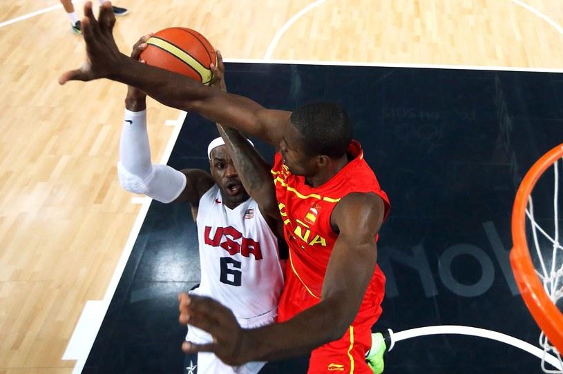 Serge Ibaka blokuje LeBrona Jamesa w finale olimpijskim /AFP