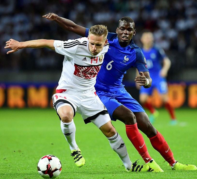 Sergiej Kriwiec w reprezentacji Białorusi, Mecz z Francją w el. MŚ 2018. Rywalem Paul Pogba /AFP