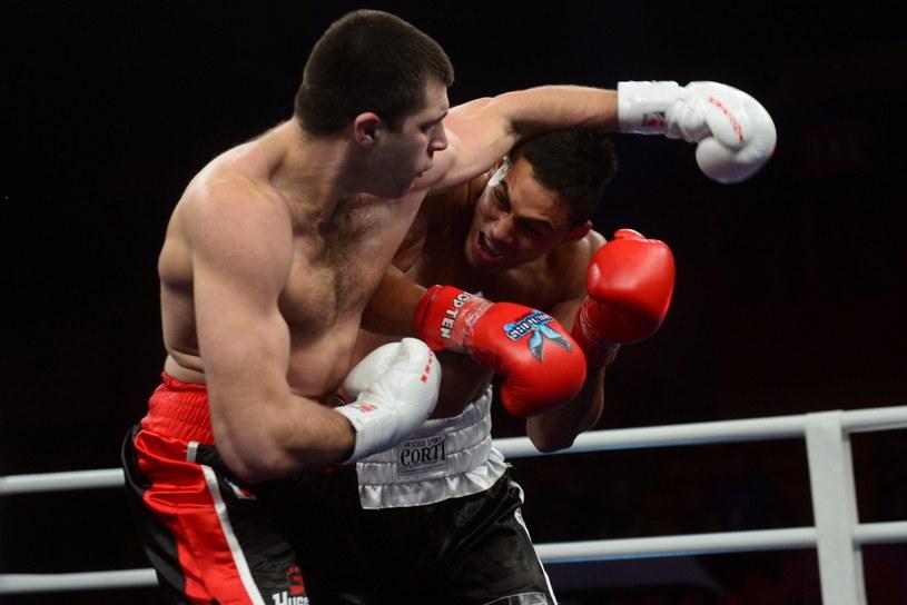 Sergiej Radczenko (L) z Hussars Poland w pojedynku w kategorii 85 kg z Yamilem Alberto Peraltą /Bartłomiej Zborowski /PAP