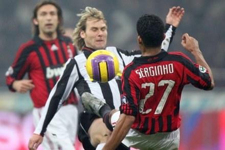 Serginho i Pavel Nedved walczą o piłkę. Milan-Juve 0:0 /AFP