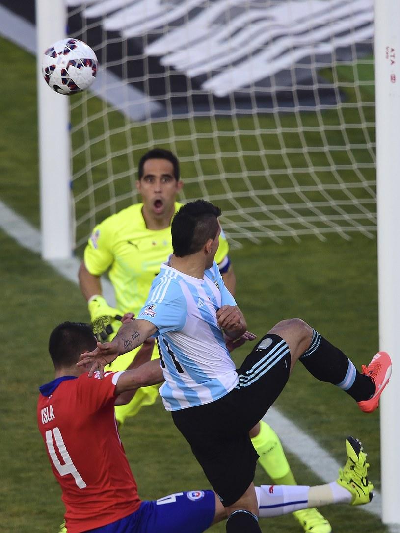 Sergio Aguero strzela na bramkę Chile /AFP