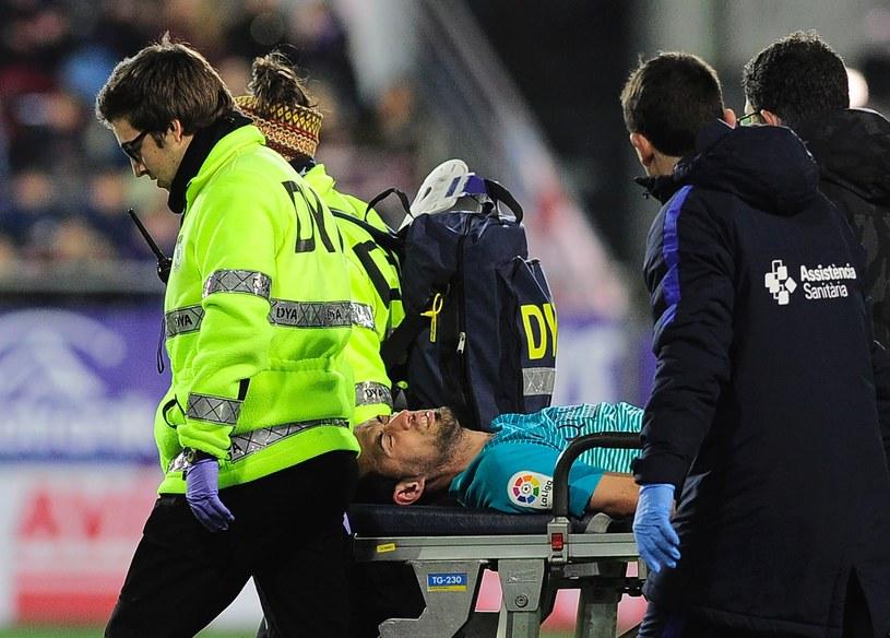 Sergio Busquets opuścił boisko w meczu z SD Eibar na noszach /AFP