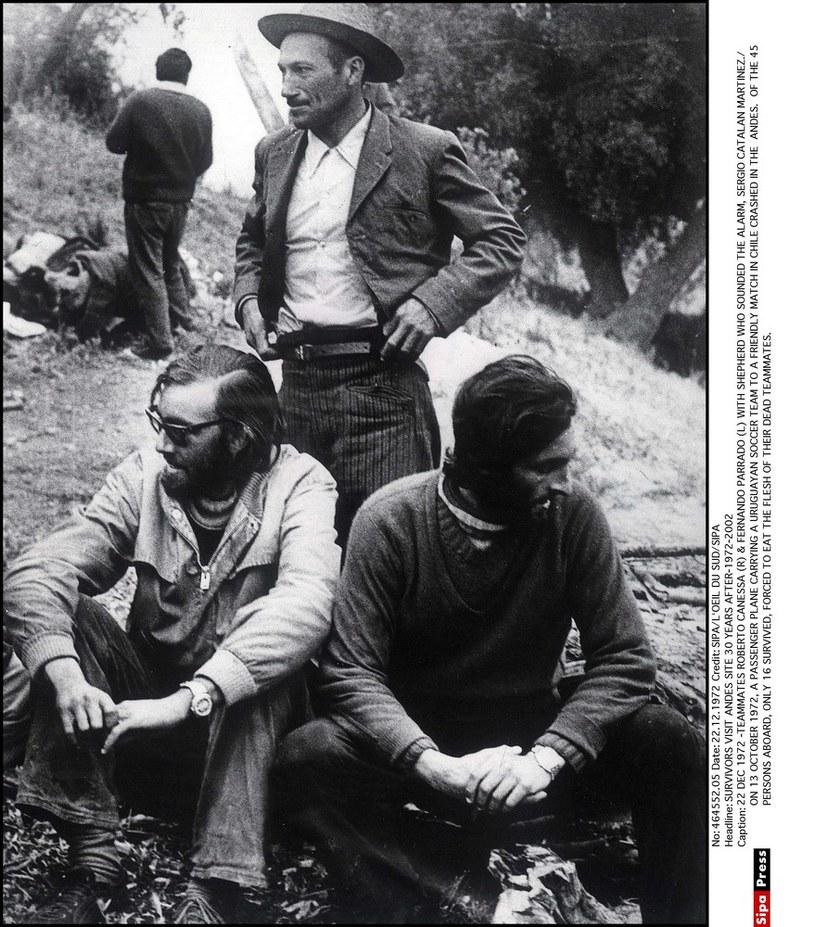 Sergio Catalan (stoi) w towarzystwie znalezionych przez niego Nando Parrado i Roberto Canessy /East News