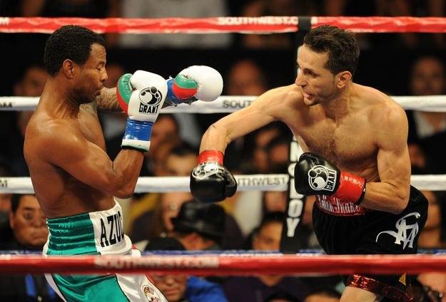 Sergio Mora w walce z Shane'em Mosleyem /AFP
