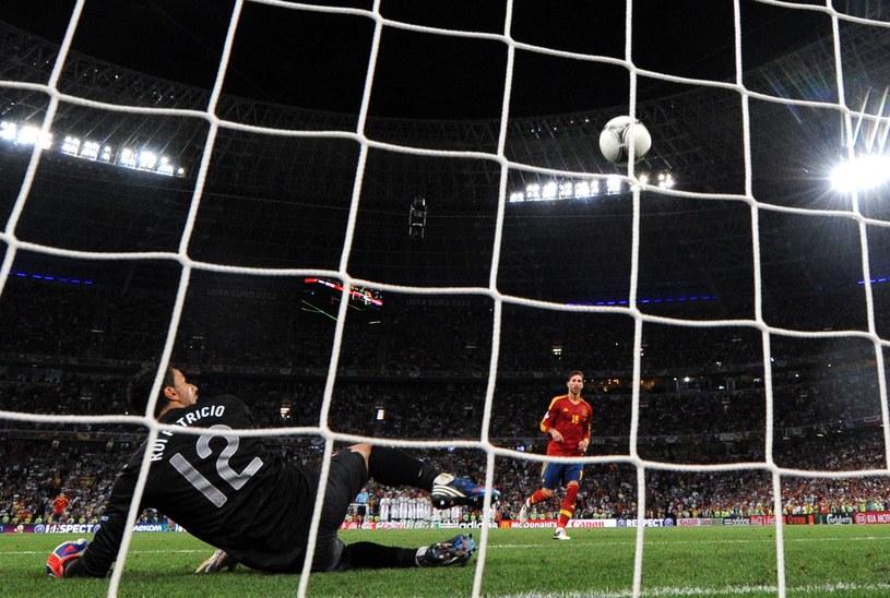 Sergio Ramos kontra Rui Patricio. Bramkarz na ziemi, piłka w siatce /AFP