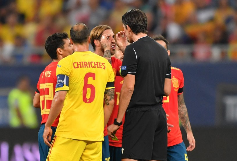 Sergio Ramos tłumaczy arbitrowi, że jego gest nie jest prowokacją /AFP