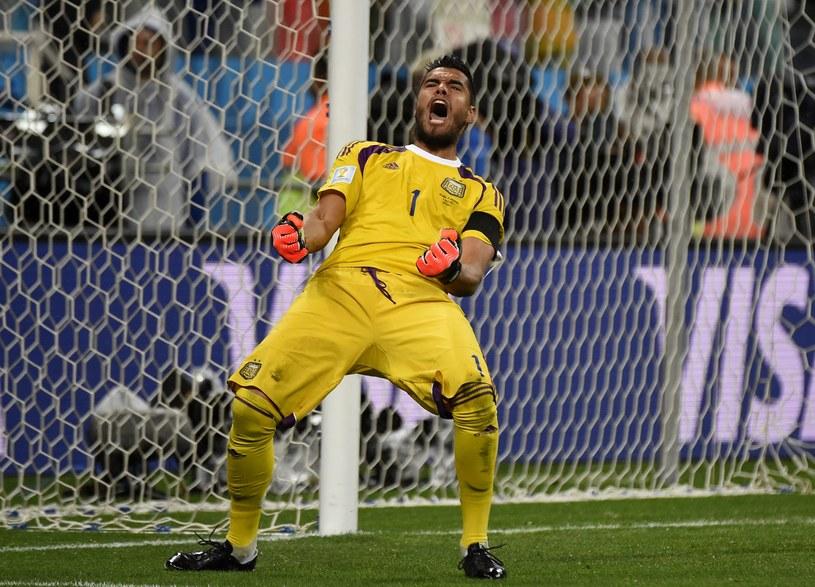 Sergio Romero tak się cieszył, po obronieniu rzutu karnego Wesleya Sneijdera. /AFP