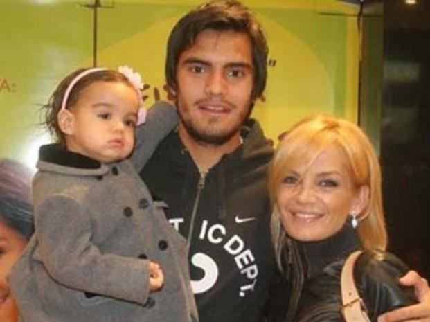 Sergio Romero z żoną Elianą Guercio i córeczką Yazmin. /AFP