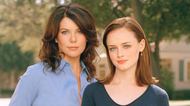 Serial emitowany był od 2000 roku i liczył 7 sezonów. Opowiadał o losach Lorelai i jej córki Rory. W role główne wcieliły się Lauren Graham i Alexis Bledel /materiały prasowe