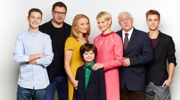 Serialowa rodzinka w 7-osobowym gronie /TVP