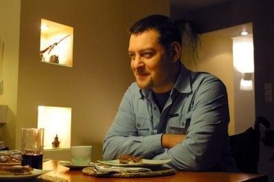Serialowy Norbert w swoim serialowym mieszkaniu - fot. Barłomiej Zaranek /
