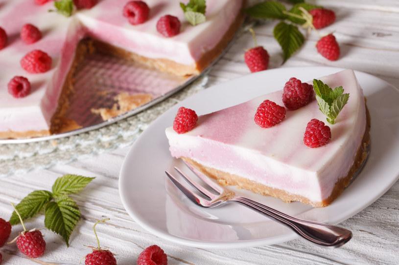 Sernik możesz także udekorować owocami i startą czekoladą /123RF/PICSEL