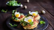 Serowe naleśniki z prosciutto i jajkami