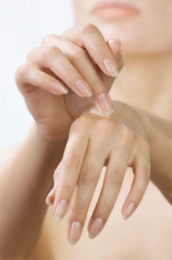 Serum zawiera mniej składników niż kremy do rąk, to tylko kilka substancji odmładzających, regenerujących, nawilżających /123RF/PICSEL