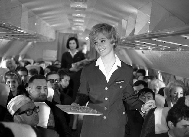 Serwis na pokładzie samolotu wyglądał kiedyś zgoła inaczej /Kadry z Polfilmu /East News