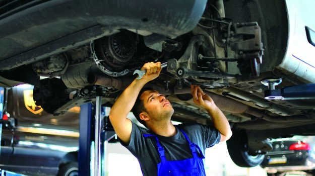 Serwisant, podejrzewając problemy podczas naprawy, powinien o tym poinformować klienta. /Motor