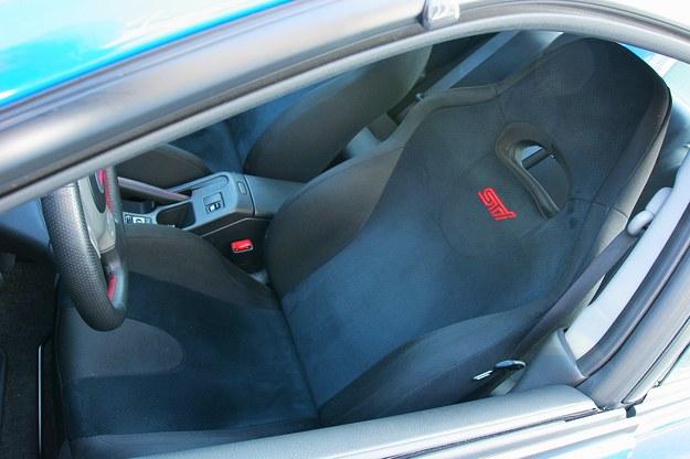 Seryjne wyposażenie – sportowe fotele zintegrowane z zagłówkami. Są skromne, ale dosyć trwałe. /Motor