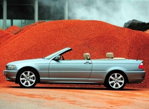 Seryjnie ma miękki dach, opcjonalnie można było dokupić hardtop. Dzięki temu, że mechanizm sztywnego dachu nie zajmuje miejsca, samochód ma cztery (prawie) pełnowymiarowe miejsca. /BMW