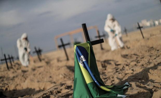 Setka krzyży na słynnej plaży Copacobana. To symboliczne groby ofiar koronawirusa w Brazylii